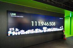 エントランス付近に設けられた大型モニタ。LINEのユーザー数や利用者のロケーションが、リアルタイムで表示される