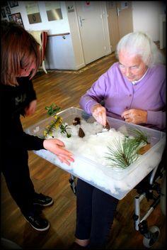 Etretat , étoile du matin,ehpad,montessori, bac sensoriel hiver, nous avons donc réalisé un bac sensoriel sur le thème de la neige. C'était de circonstance avec ce froid polaire ! Les sourires se sont dessinés sur les lèvres. Les résidents ont bien aimé prendre des petits morceaux de neige  dans leur main jusqu'à temps que la neige fonde, Mme C  a de suite voulu y goûter !… Nous avons aussi fait notre bataille de boules de neige dans la résidence !!! Elderly Activities, Dementia Activities, Senior Activities, Elderly Care, Montessori, Excercise, Crafts, Ideas, Activities