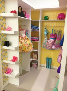 Is your Barbie missing out on a life in the Dream House and an endless walk in closet? Make her own walk i… Barbie Room, Barbie Dolls Diy, Barbie Doll House, Barbie Storage, Barbie Organization, Diy Organisation, Barbie Wardrobe, Diy Wardrobe, Diy Doll Closet