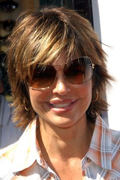 I love Lisa Rinna's hairstyle. This page tells you how to maintain that style.