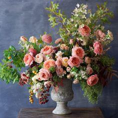 A beautiful peach colored floral arrangement. Large Flower Arrangements, Large Flowers, Flower Vases, Fresh Flowers, Silk Flowers, Beautiful Flowers, Ikebana, Belle Plante, Church Flowers