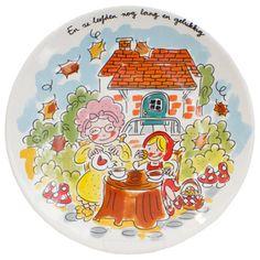 Femque en Janneke ontwierpen in samenwerking met de Efteling een servieslijn met sprookjesachtige dessins. Op het servies zijn de bekende sprookjes uit het Sprookjesbos getekend in de herkenbare Blond-Stijl. Dit ontbijtbordje Roodkapje is onderdeel van di