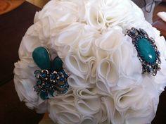 Bouquet mixto ramo de flores de tela en blanco con broches en verde turquesa o azulado marino 606619349 algodondeluna@gmail.com