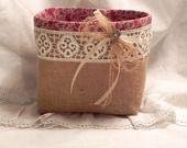 Mignon petit vide poches très chic en toile de jute et liberty coton petites fleurs rouge sur fond beige, surmonté d'une dentelle ancienne, d'un ruban de satin rouge et d'une petite fleur et ça feuille en dentelle. : Accessoires de maison par les-reves-d-isabelle