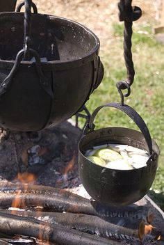 The larger cauldron I bought from an elderly blacksmith at Borre Viking market, and it is absolutely amazing. Casa Viking, Viking Camp, Viking Food, Viking Life, Medieval Life, Dutch Oven Cooking, Fire Cooking, Cast Iron Cooking, Outdoor Cooking