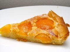 Dit is het recept voor een snelle abrikozenvlaai. Ik gebruik geen kruimel of brooddeeg, maar kant en klare filodeeg. Filodeeg kun je zowel bevroren als vers kopen, bij het verse filodeeg heb je alleen een beperkte houdbaarheid. Gebruik plakken van 20 bij 20 cm.