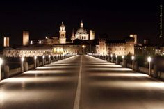 Mantova, panoramica notturna dal ponte di San Giorgio