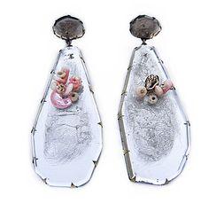 Orecchini Silver Shell Drops - Nikki Couppee - USA - Realizzati in plexiglass, oggetti trovati, ottone, argento
