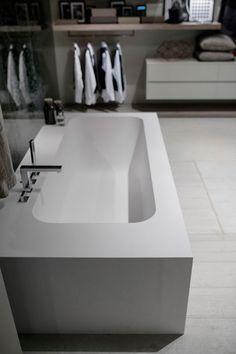 IDEA GROUP propone Project, la vasca sinonimo di personalizzazione dell'arredo bagno per creare uno spazio armonico e unico. Le vasche da bagno sono realizzate con forme pulite che incontrano il gusto per la loro semplicità. Personalizzabile nelle dimensioni e nella finitura dei pannelli che la racchiudono, con la sua forma rettangolare è al tempo stesso nel suo interno accogliente e avvolgente per trasformare la zona bagno in un personale rifugio di relax.