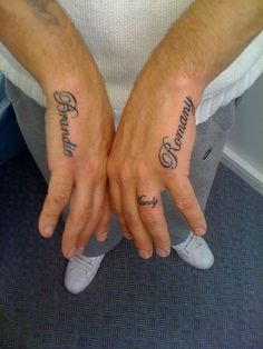 77 Interesting Name Tattoos and Brilliant Name Tattoo Ideas - Beste Tattoo Ideen Tattoos With Kids Names, Cool Tattoos For Guys, Trendy Tattoos, New Tattoos, Kid Names, Name Tattoo Designs, Tattoo Designs For Women, Tattoos For Women, Shakespeare Romeo Und Julia