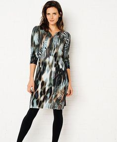 Tramontana jurk met abstracte zebraprint aan de voorzijde. De achterzijde is effen gekleurd. https://www.weidesign.nl/produkten/4433/tramontana-jurk-zebra-punta-s-multi-colour/