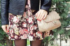 Come sta bene la mini bag, in color rosa antico abbinato a questo vestito floreale.