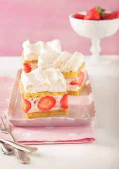 Erdbeer-Baiser-Schnitten vom Blech. Foto: M.I.G./Peter Garten ; Foodstyling: Nicole Reymann; Styling: Meike Stüber