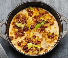 Recept på kryddig och smakrik köttfärssås med curry och kanel. Du använder bland annat lök, spetskål, sambal oelek, nötfärs och grädde. Servera med härligt basmatiris.