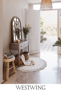 Flur-Kommoden können den Look Eurer Garderobe bestimmen. Sie bieten jede Menge Stauraum und dienen als praktische Ablagefläche für Schlüsselbund, Sonnenbrille, Notizblock & Co. Auch anstelle eines klassischen Schuhschranks könnt Ihr Kommoden und Sideboards zum Aufbewahren Eurer Lieblingsstiefel oder Sandalen nutzen. Jetzt Flur Kommoden & Sideboards entdecken! // Interior Inspo Möbel Dekoration Wohnideen Home Einrichten #westwing #mywestwingstyle #flur #kommode Entry Hallway, Entryway Tables, Natural Living, House Entrance, Outdoor Living, Outdoor Decor, Ideas Para, Sweet Home, Dining Table