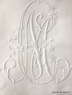 Linge ancien de lit > Draps, Taies... > LINGE ANCIEN / Merveilleux grand drap avec travail de jours broderie à l' aiguille et monogramme CM sur toile de lin fin - Linge ancien - Passion-de-Blanc - Textiles anciens Embroidery Monogram, Silk Ribbon Embroidery, White Embroidery, Diy Embroidery, Embroidery Patterns, Machine Embroidery, Monogram Design, Monogram Fonts, Monogram Letters