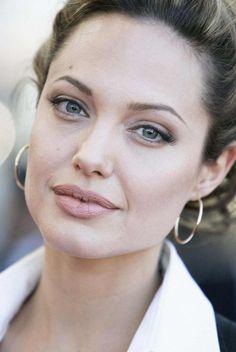 Vasárnap éjjel elhunyt Angelina Jolie nagynénje. Mindez két héttel azután történt, hogy Angie felfedte: kettős emlőeltávolításon esett át, mert tart ugyanettől a betegségtől.  http://www.life.hu/gyogyulj/egeszseghirek/20130527-angelina-jolie-szineszno-nagynenje-debbie-martin-mellrakban-halt-meg.html