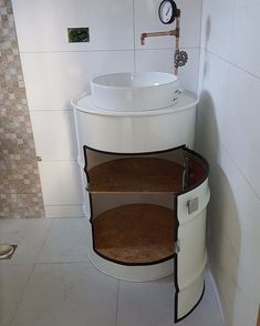 sink toilet in drum- pia wc em tambor sink toilet in drum - Barrel Furniture, Diy Furniture, Table Baril, Oil Barrel, Metal Barrel, Small Bathroom, Drums, Diy Home Decor, House Design