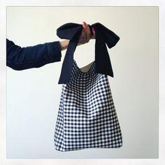 Denim Tote Bags, Diy Tote Bag, Diy Clothes Bag, Sac Week End, Fabric Bags, Handmade Bags, Handmade Bracelets, Cloth Bags, Tote Handbags