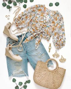 Cute spring outfit that also works as a summer to fall transitional outfit because of the sleeve length. Distressed bermuda shorts paired with a floral crop top (summer to fall florals), ivory espadrilles (cream espadrilles), a woven bag (rattan bag), woven earrings (straw earrings) and simple accessories. Feminen summer outfit, feminine spring outfit, wrap espadrilles. Outfit flat lay, outfit flatlay, flatlay fashion, flat lay fashion Cute Spring Outfits, Summer Work Outfits, Flats Outfit, Espadrilles Outfit, Autumn Summer, Spring Summer Fashion, Fall Transition Outfits, Casual Outfits, Fashion Outfits