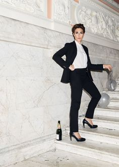 Super performances all round from the wonderful cast. Twelfth Night at the Olivier, with Tamsin Greig, standing on a marble staircase Tamsin Greig, Episodes Tv Series, Theatre Stage, Theater, Le Smoking, Uk Tv, Aesthetic Fashion, Aesthetic Style, Twelfth Night