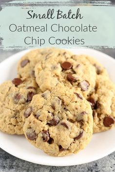 These Small Batch Oatmeal Chocolate Chip Cookies are easy to make only require one bowl and are ready in about 30 minutes! This small batch makes about six or seven cookies so it's perfect for when you just need a few homemade cookies! Chocolate Chip Shortbread Cookies, Toffee Cookies, Chocolate Chip Oatmeal, Chocolate Bowls, Chocolate Chips, Easy Cookie Recipes, Easy Desserts, Delicious Desserts, Dessert Recipes