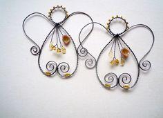 Andělské zlatíčko Drátovaný andílek z černého vázacího drátu, dozdobený skleněnými korálky a lístečky v barvě zlatavobéžové. Andílka můžete zavěsit na dveře, skříň, zeď, záclonu........nebo přiložit k dárku.... Velikost andílka:11 cm x 11 cm, s háčkem: 17,5 cm Cena za 1 kus.