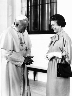Queen Elisabeth with Pope Juan Pablo II. Papa Francisco, Commonwealth, Papa Juan Pablo Ii, Pope John Paul Ii, Paul 2, Isabel Ii, Elisabeth, British Monarchy, Catholic Saints