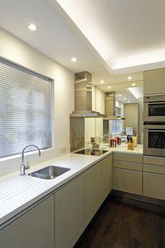 eine kleine Küche wirkt duch kleine Kniffe in der Gestaltung und den eingesetzten Materialien ziemlich groß, Grundfläche ist L 3,5M  T 1,6M