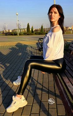 :) How are you Eugene Chulitsky? Love from Mark Shavick Vinyl Leggings, Lycra Leggings, Wet Look Leggings, Tight Leggings, Leggings Are Not Pants, Outfits Leggins, Jeggings Outfit, Leggings Fashion, Vinyl Clothing