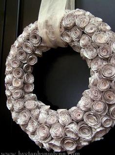 hele mooi krans     gezien op  http://www.tipjunkie.com/all-crafts/11-paper-craft-designs-to-make/