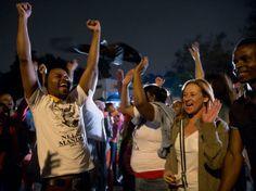 Cientos de personas cantan y bailan frente a la residencia de Mandela Foto: Mauro Pimentel  / Terra