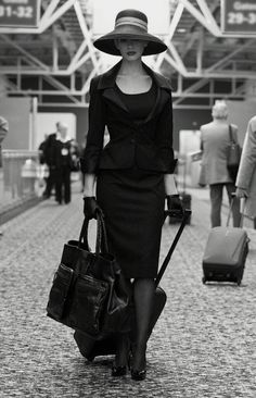 Baggage 50�s travel outfit - at the airport with xl bag and suitcase