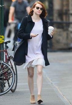 ~11/24 #エマ・ストーン #黒のコート #スエットチュニック #プリーツスカート |海外セレブ最新画像・私服ファッション・着用ブランドまとめてチェック DailyCelebrityDiary*