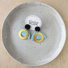〰 The Goddess Collection 〰 A lovely pair of statement earrings in a two tone colour palette with a brass circle ring. Jet Black & Speckled Mint. Details: Approx. 40mm length Approx. 38mm width Approx. 2-3 mm thickness Materials: - Surgical steel ear posts - Brass jump rings - Raw brass