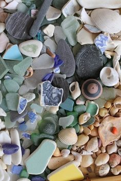 beach glass, sea glass and shells Sea Glass Beach, Sea Glass Art, Sea Glass Jewelry, Broken Glass Art, Deco Nature, Quiet Storm, Sea Glass Crafts, Beach Crafts, Beach Art