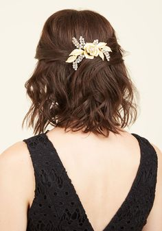 Accentuate Your Opulence Hair Comb. Wrapping your locks into an elegant updo, you detail your hair with this golden comb. Gold Hair Accessories, Wedding Accessories, Wedding Jewelry, Modcloth Wedding, Elegant Updo, Rose Gold Hair, Hat Hairstyles, Hair Comb, Hair Beauty