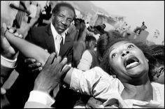 BRUCE GILDEN ES EL REY DE LA FOTOGRAFÍA DE CALLE. HAITÍ. Puerto Príncipe. Cementerio. 1988.