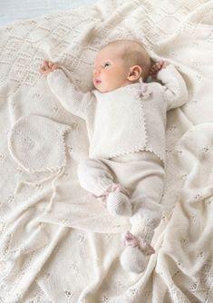 Wrap jakke baby - perle strikket for tidligt, Baby Knitting Patterns, Baby Patterns, Knitting Ideas, Crochet Baby, Knit Crochet, Knitted Baby Outfits, Newborn Photography Poses, Cloth Flowers, Stroller Blanket