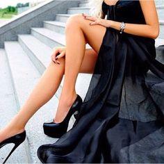 Klassisches Schwarz geht immer! Sky Heels mit einem eleganten Maxi-Dress #skyheels #maxidress