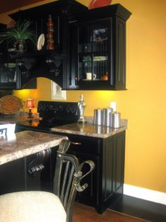 yellow and black kitchen, yay!