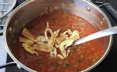 Die heerlijke zoete, Chinese soep is een makkie om te maken! Je hebt het vast wel eens gegeten; die lekkere Chinese tomatensoep die op de één of andere manier heel erg anders smaakt dan de soep die wij altijd maken. Het lijkt misschien heel moeilijk om te maken, maar dit recept zul je erachter kome