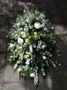 Prachtig Rouwarrangement mogen maken voor op de kist. Diy Flowers, Flower Decorations, White Flowers, Wedding Flowers, White Flower Arrangements, Funeral Flower Arrangements, Dad Funeral Flowers, Casket Flowers, Funeral Sprays
