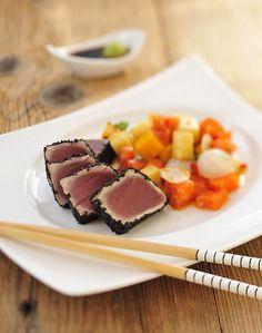 tuna with black sesame seeds and spicy tropical fruits / tuńczyk w czarnym sezamie z pikantnymi owocami tropikalnymi
