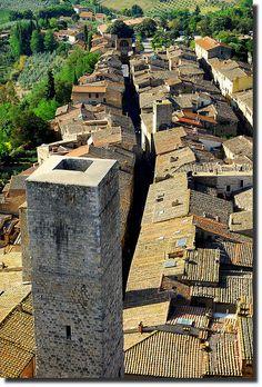 La Via , San Gimignano,Toscana - Italia......you could run on the roofs