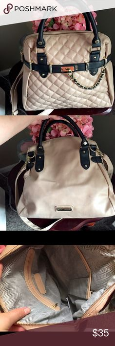 👜✨ Steve Madden Bag Chain Padded Tan Black 👜 👜✨ Steve Madden Bag Chain Padded Tan Black, used once, no stains inside, there is a few flaws on the back, it rubbed on my new jeans a got a lil color on the back, other than that it's perfect! Let me know if you have any questions, offers always welcome . 👜🌟 Steve Madden Bags Shoulder Bags