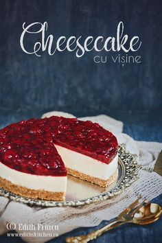 Cheesecake cu zmeura, un cheesecake la rece, rapid si racoros, cu blat de biscuiti si unt, crema de branza si jeleu de zmeura Cake Recipes, Dessert Recipes, Quesadilla, Romanian Food, Cakes And More, Food Design, Delicious Desserts, Sweet Tooth, Sweet Treats