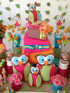 Bolo falso de madeira revestida de papel, popcakes de abacaxi, toppers de coruja de papel, porta cupcakes,  No fundo da mesa usei folhas presas no rami que deram um toque pra lá de especial na decoração!