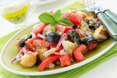 Panzanella is een van onze favoriete koude gerechten uit de Italiaanse keuken. Een perfect voorbeeld van la cucina povera, want deze goedkope salade wordt gemaaktvan restjes oud brood, tomaat, basilicum en dressing. Zoals wij de broodpap hadden voor restjes brood, maakten de arme Italianen vroeger, vooral in de regio's Toscane en Umbrië,panzanella om alle kliekjes …