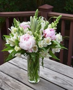 Easter Flower Arrangements, Vase Arrangements, Beautiful Flower Arrangements, Flower Vases, Beautiful Flowers, Fresh Flower Arrangement, Peonies Centerpiece, Flower Centerpieces, Wedding Centerpieces